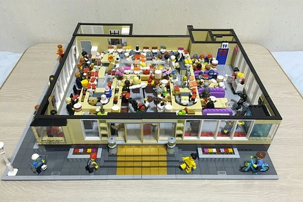 Lego-sushi-bar-with-working-conveyor-belt